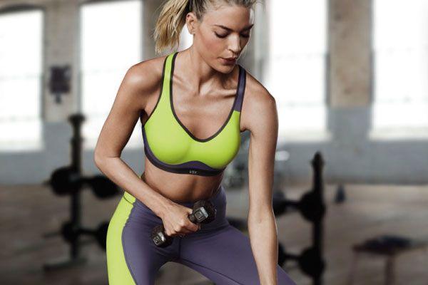 Девушка в фитнесс одежде