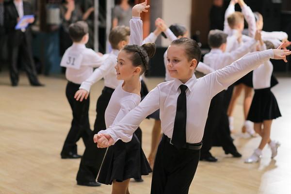 Дети танцуют на конкурсе