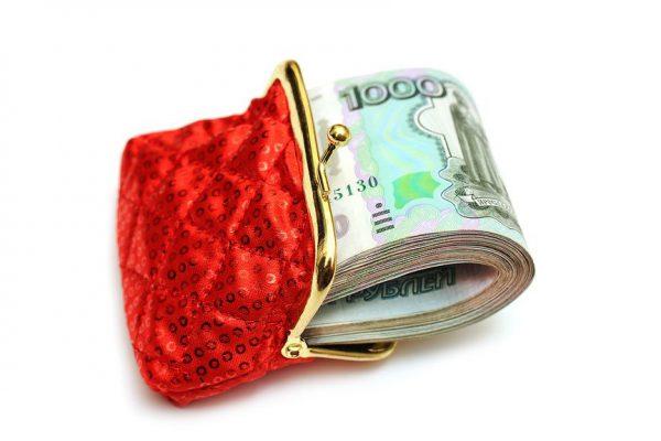 красный кошелек набитый деньгами