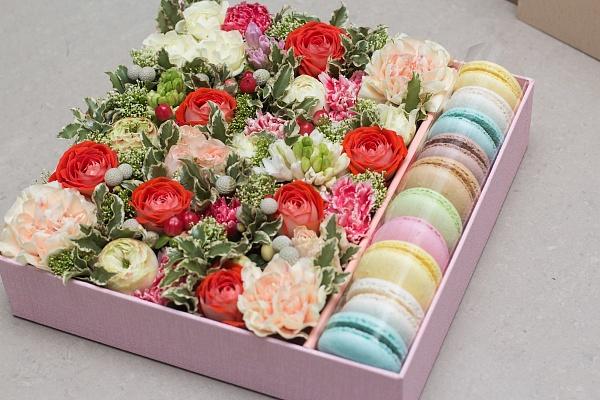 Подарок - цветы в коробке